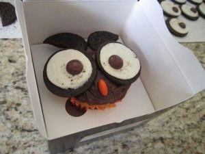 How to Decorate Owl Cupcakes usin #oreos | spotofteadesigns.com
