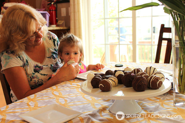 Why I treated my mom to a decadent dessert from @SharisBerries this #MothersDay #SBTreatMom | spotofteadesigns.com