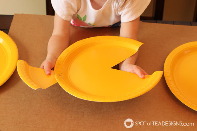 Paper Plate Fish Kids Craft - great preschoolers #kidscraft | spotofteadesigns.com
