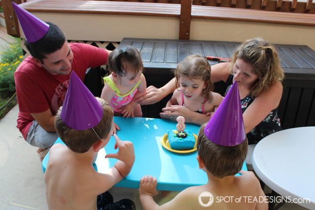 Under the sea #birthdayparty - family cake shot | spotofteadesigns.com
