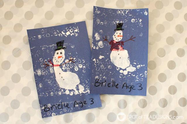 Winter Kids Craft Snowman Footprint with bubble wrap printmaking technique. #kidscraft #wintercrafts #printmaking | spotofteadesigns.com