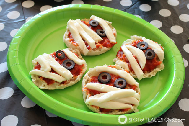 Cute Halloween Food ideas for Kids - mummy pizza | spotofteadesigns.com
